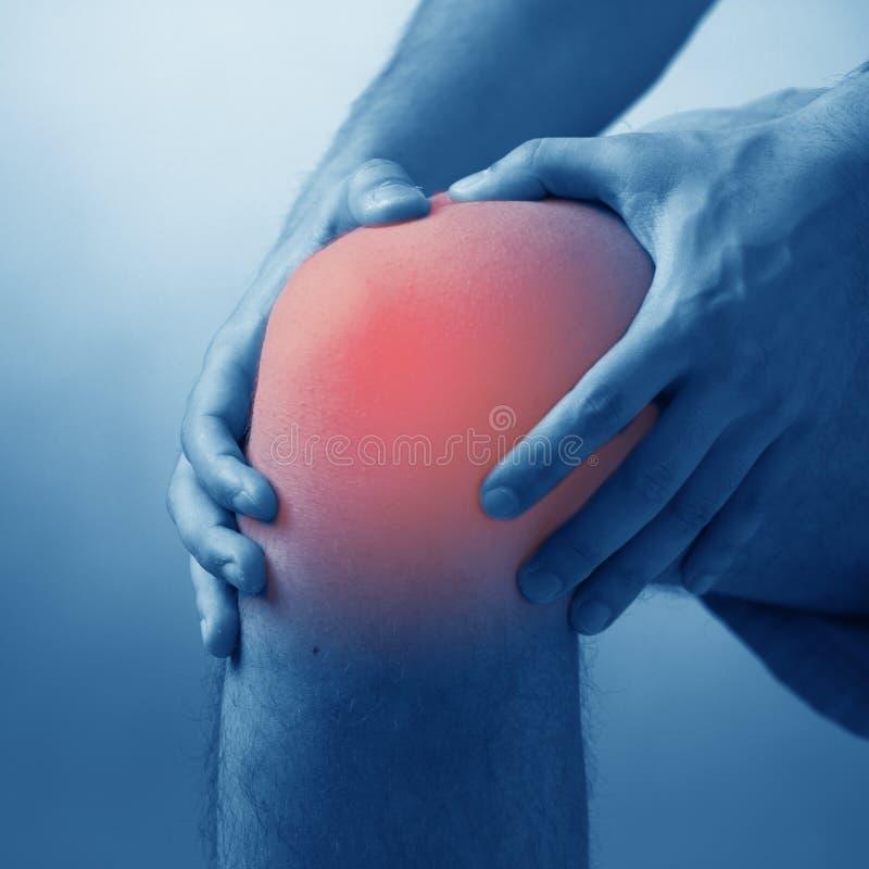 Sofrimento do homem da dor aguda no joelho fotos de stock royalty free