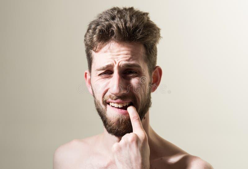 Sofrimento do toothache Homem frustrante que toca em seu dente na manhã Rotina pessoal da preparação e da manhã fotos de stock royalty free