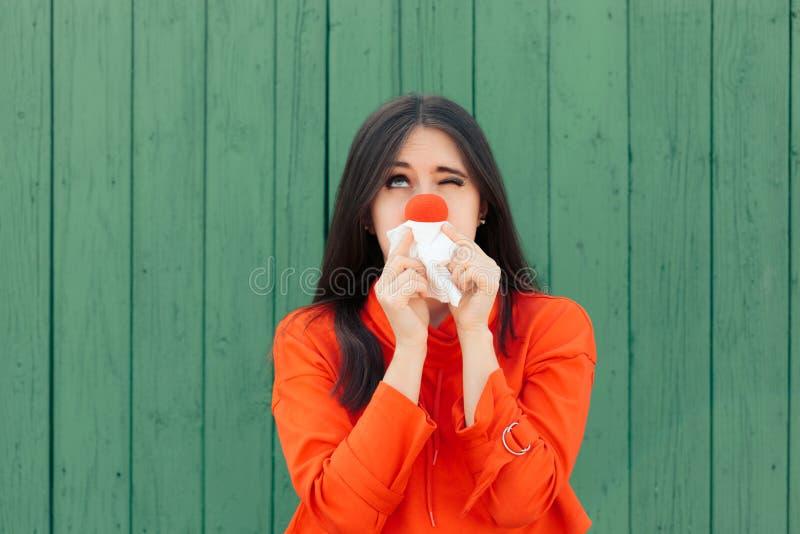Sofrimento doente da menina com o nariz de corrida vermelho fotografia de stock