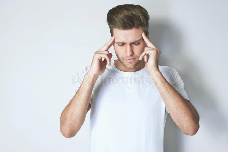 Sofrimento forte da dor de cabeça imagem de stock royalty free