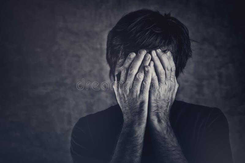 Sofrimento, fsce da coberta do homem e grito foto de stock