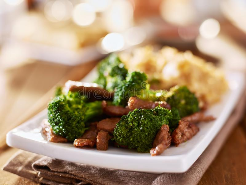 Sofrito chino de la carne de vaca y del br?culi con arroz frito imagenes de archivo