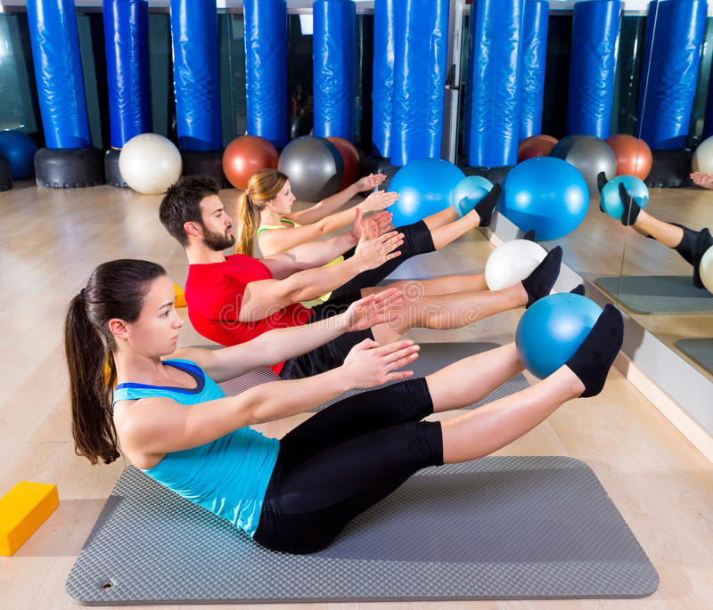Softball di Pilates l'esercizio del gruppo del rompicapo alla palestra fotografie stock libere da diritti