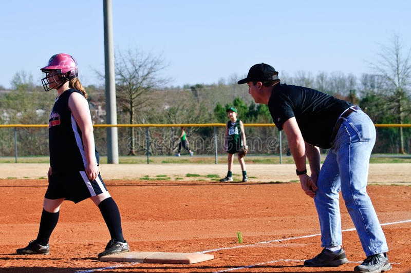 softball för coachningflicka s royaltyfria bilder