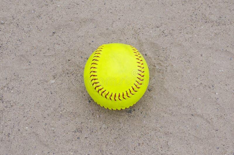 Softball giallo sul campo fotografia stock