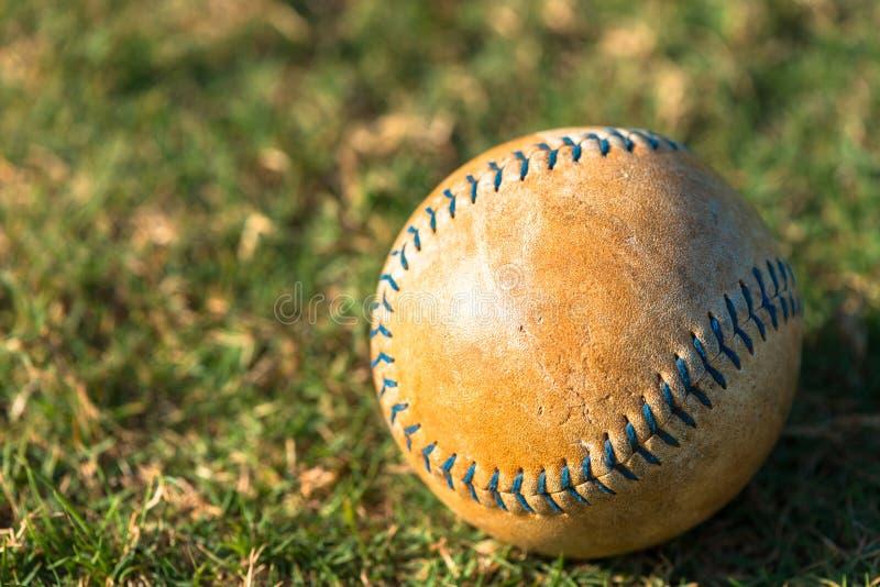 Softball nah oben auf Feld stockfotografie