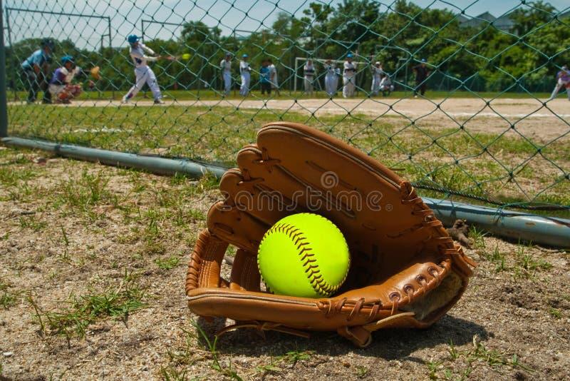 Softball und Handschuh stockfoto