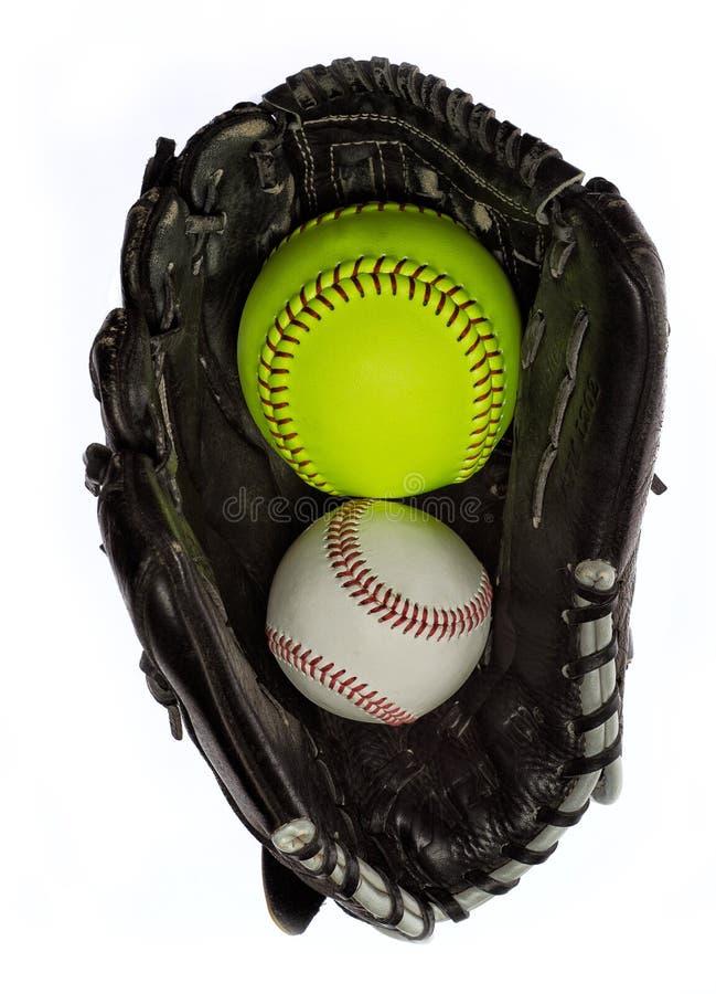 Softball y béisbol en un guante imágenes de archivo libres de regalías