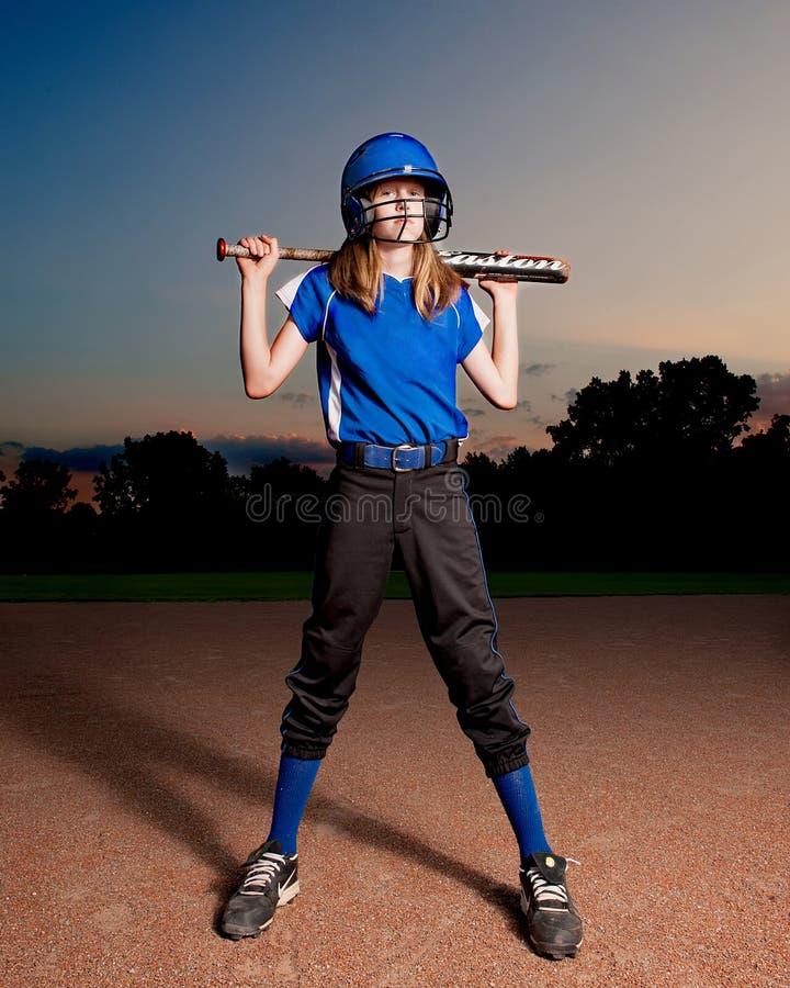 Softballspelare med slagträet och hjälmen royaltyfria bilder