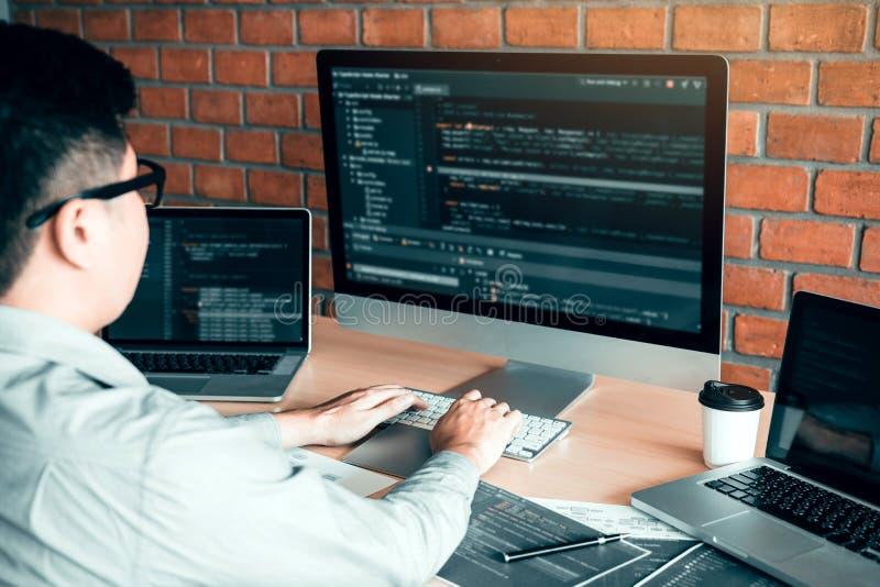 Software di lavoro di progettazione di funzionamento di sviluppo di web del computer dello sviluppatore di programma di codice de immagine stock libera da diritti