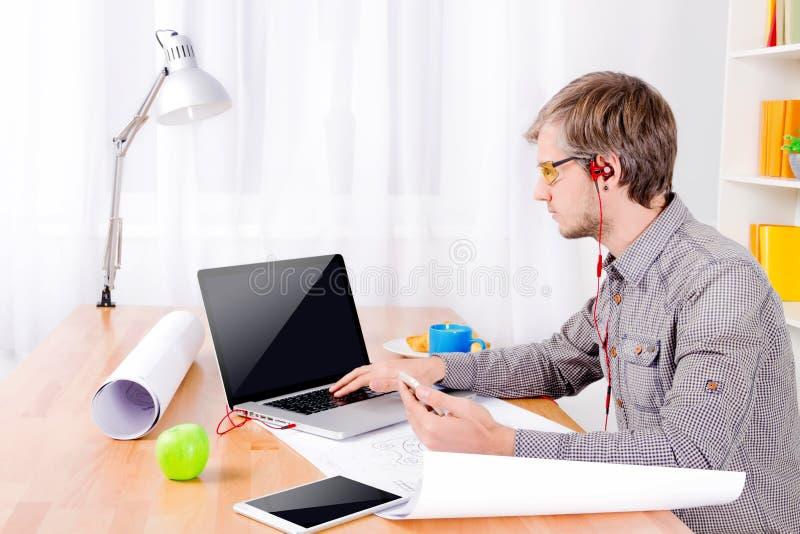 Software Engineer au travail photo libre de droits