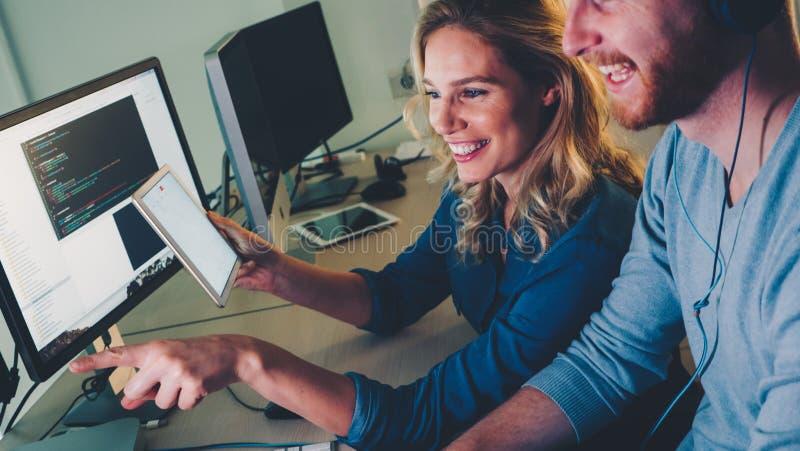 Software Engineers que trabajan en proyecto y que programan en compañía fotos de archivo libres de regalías