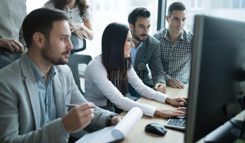 Software Engineers que trabalham no escritório no projeto junto imagens de stock