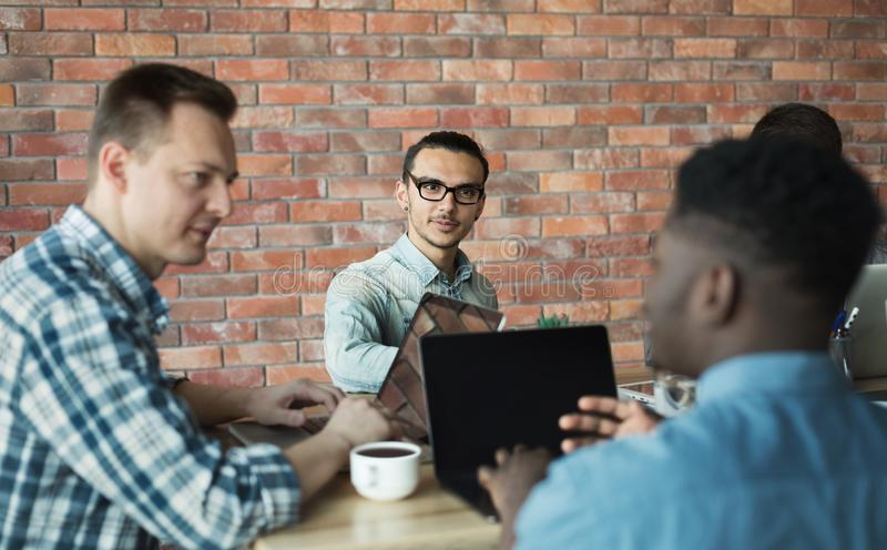 Softwareentwickler, die Marketingstrategieideen im Büro besprechen lizenzfreie stockfotos