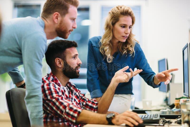 Softwareingenieurs die aan project werken en in bedrijf programmeren royalty-vrije stock foto's