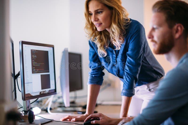 Softwareingenieurs die aan project werken en in bedrijf programmeren stock afbeeldingen