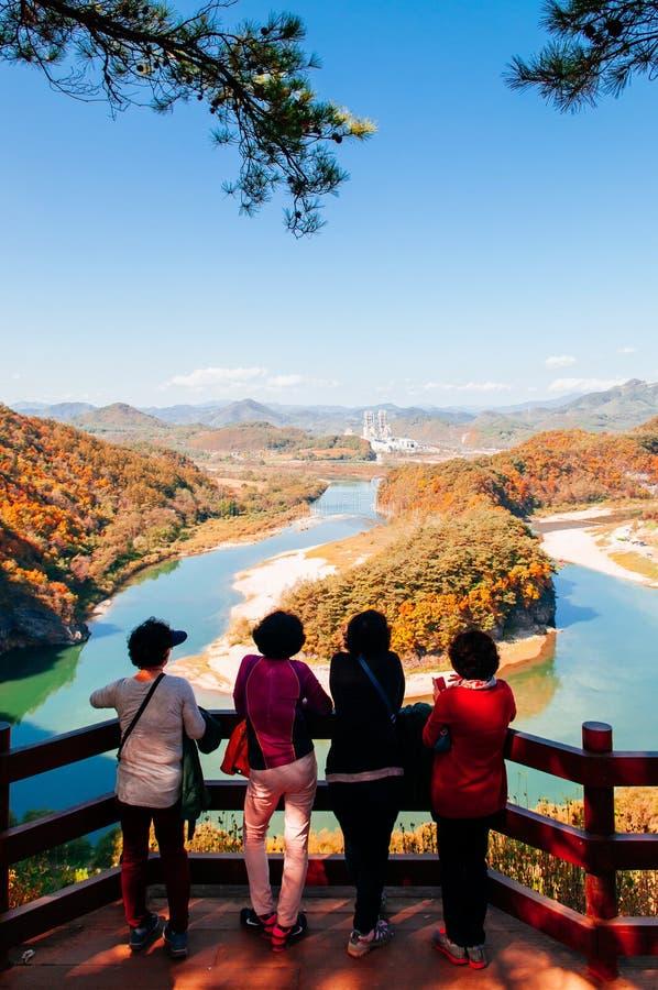 Sogangrivier met de herfst bosgangwon, Zuid-Korea stock foto