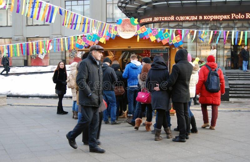 Soggiorno della gente in coda per comprare i pancake Celebrazione di Shrovetide a Mosca fotografie stock libere da diritti