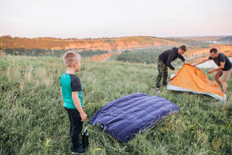 Soggiorno di notte del canyon della tenda di fine settimana dei padri di famiglia immagine stock