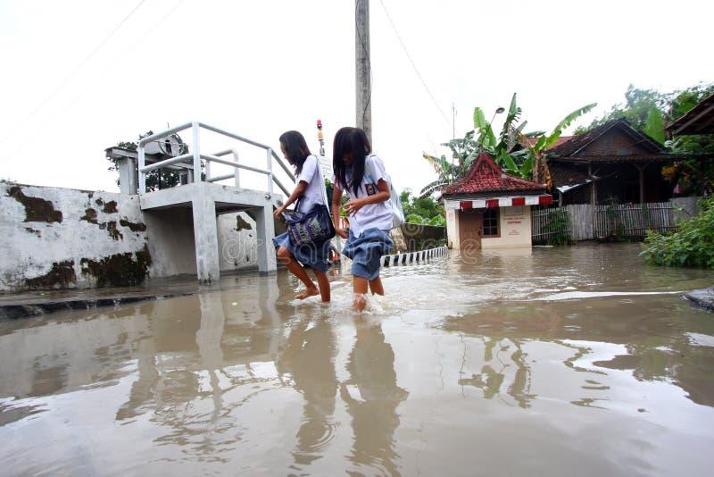 Soggiorno a scuola durante l'inondazione fotografie stock