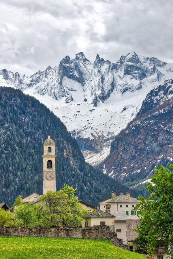 Soglio Χωριό των ελβετικών Άλπεων Στην κοιλάδα Bregaglia, λοξοτομήστε στοκ φωτογραφία