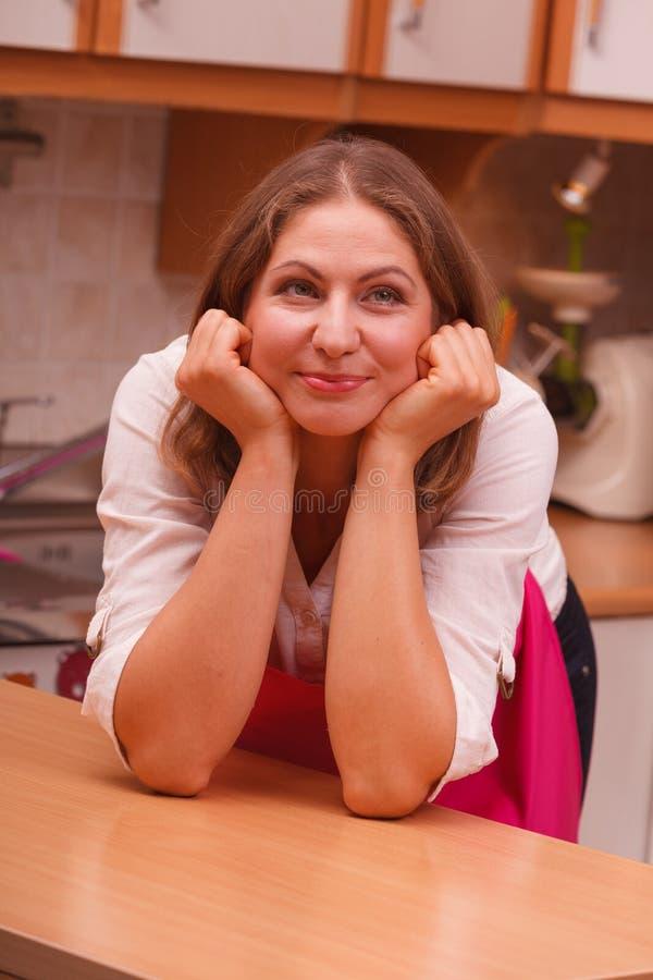 Download Sognando casalinga a casa immagine stock. Immagine di ritratto - 117982003