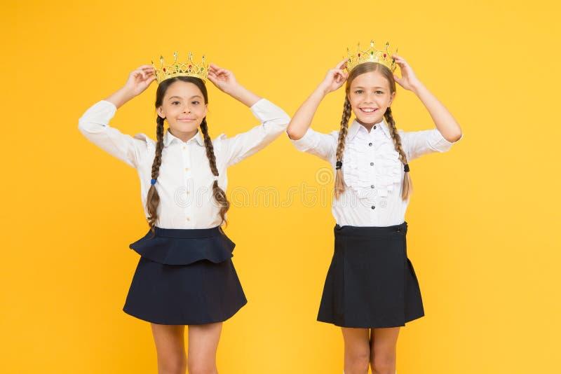 Sognando della fama e della ricchezza Le scolare indossano il simbolo dorato delle corone di rispetto Premio e rispetto Principes fotografie stock libere da diritti