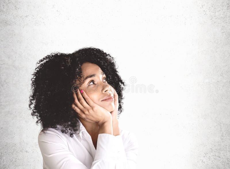 Sognando giovane donna africana felice, falsa su fotografia stock libera da diritti