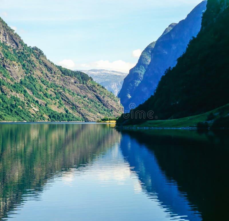 Sogne Fjord z górami w Norwegia zdjęcia stock