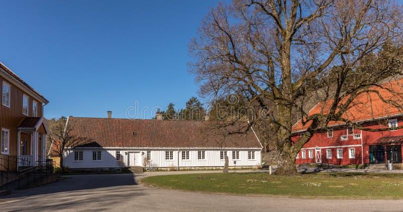 Sogne, Noorwegen - April 21, 2018: Sogne Gamle Prestegard, of Oude Sogne-Pastorie Pastorie met houten gebouwen, vest-Agder stock foto's