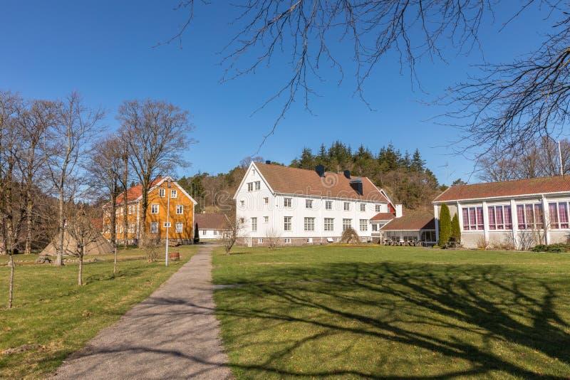 Sogne, Noorwegen - April 21, 2018: Sogne Gamle Prestegard, of Oude Sogne-Pastorie Pastorie met houten gebouwen, vest-Agder stock fotografie