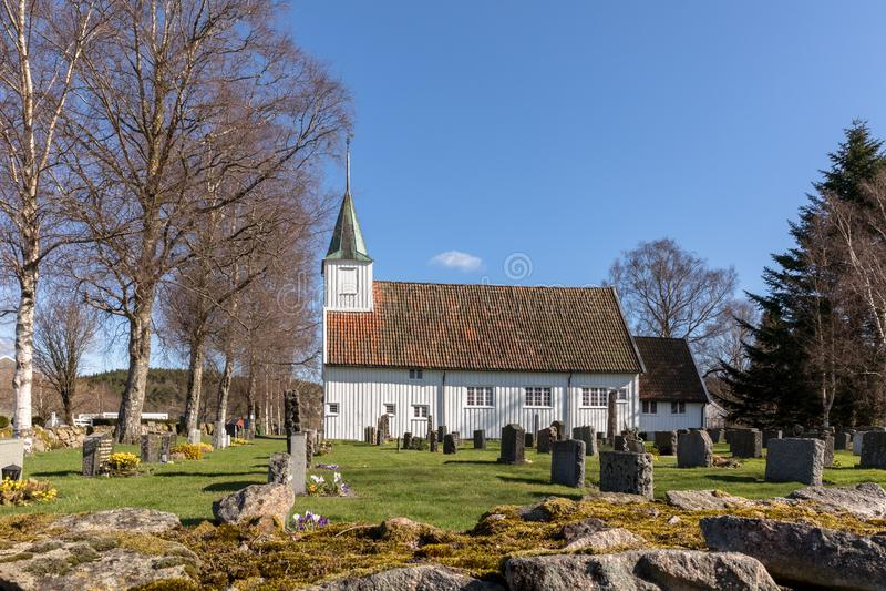 Sogne, Norwegen - 21. April 2018: Alte Sogne-Kirche Weiße hölzerne Kirche in Sogne, eine Gemeindekirche in Sogne, Weste-Agder her lizenzfreies stockfoto