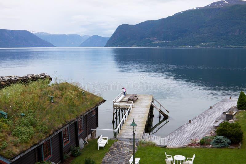 Sognefjorden i Norge på kvällen royaltyfri fotografi