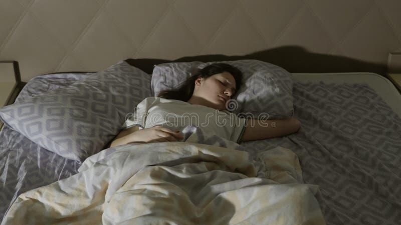 Sogni agitati Una giovane donna ha un incubo immagini stock libere da diritti