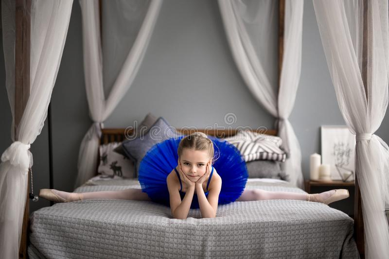 sogni della bambina di trasformarsi in una ballerina fotografia stock libera da diritti