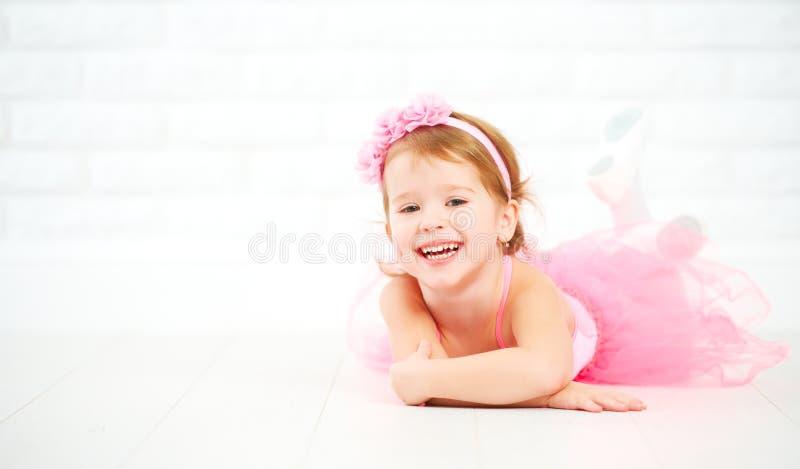 Sogni della ragazza del piccolo bambino della ballerina diventante immagini stock libere da diritti