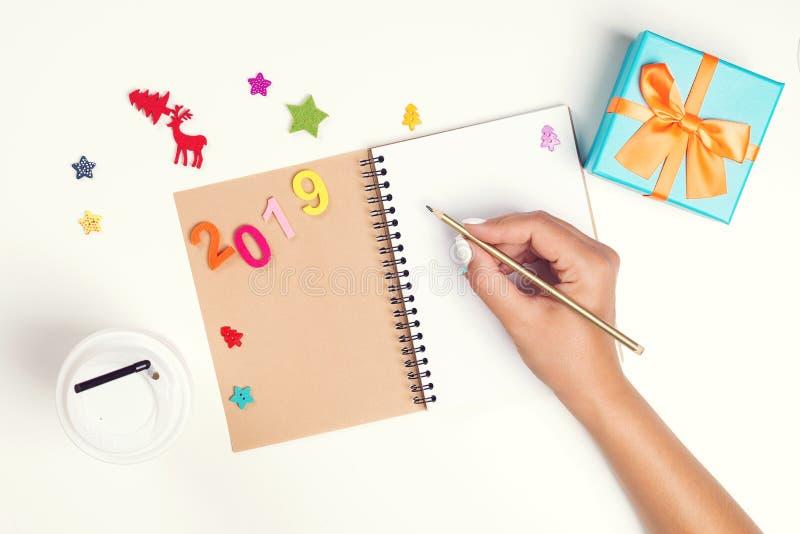 2019 sogni di piani di scopi Faccia per fare la lista per il nuovo anno Concetto di Natale Scrivendo in taccuino Penna di tenuta  immagine stock libera da diritti