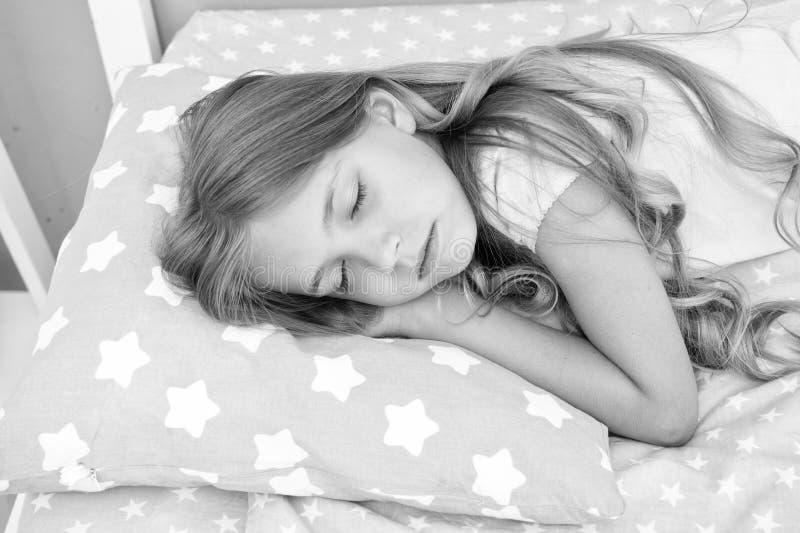 Sogni dolci I capelli lunghi del bambino della ragazza cadono fine addormentata su La qualità di sonno dipende da molti fattori S fotografia stock