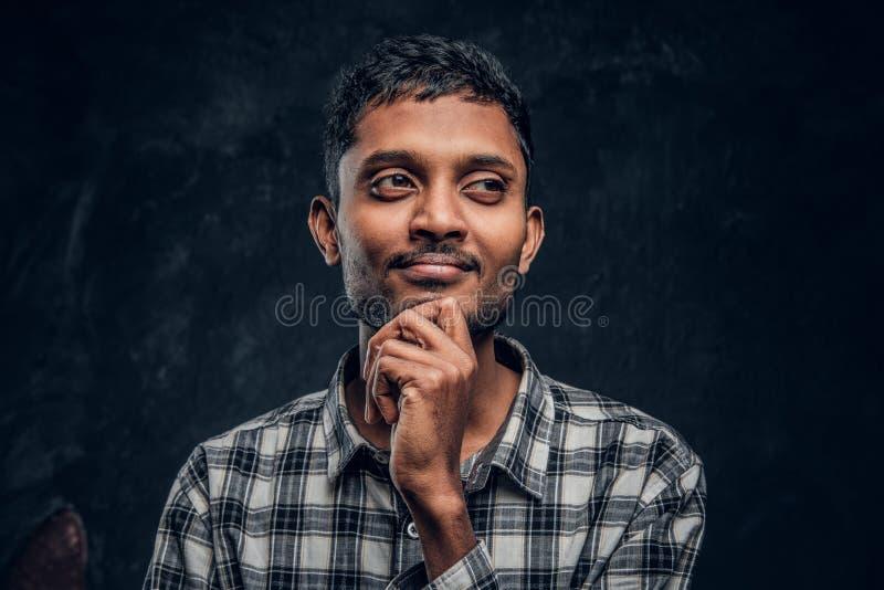 Sogni indù bei del tipo e mettere il suo braccio sotto il mento immagini stock