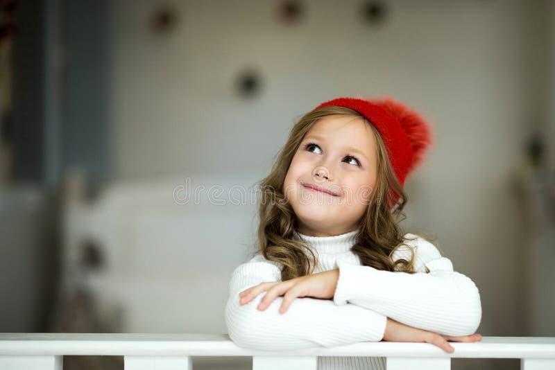 Sogni svegli piccoli di una ragazza dei regali Ragazza che fa un desiderio Buon Natale e feste felici immagini stock libere da diritti