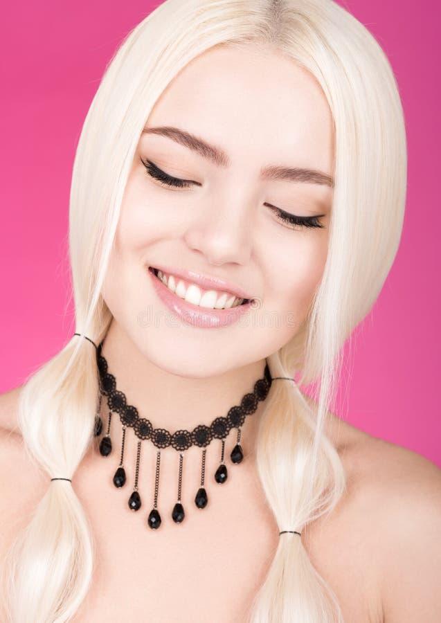 Sogno del blonde Ritratto del primo piano di bellezza di bella giovane donna con gli occhi chiusi fotografia stock