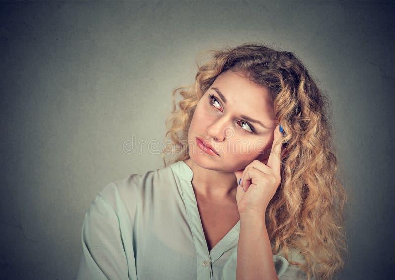 Sogno della giovane donna triste di pensiero immagini stock libere da diritti
