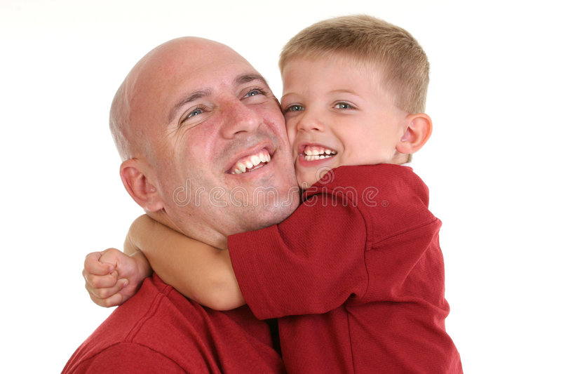 Sohn, der Vati um den Stutzen umarmt stockfoto