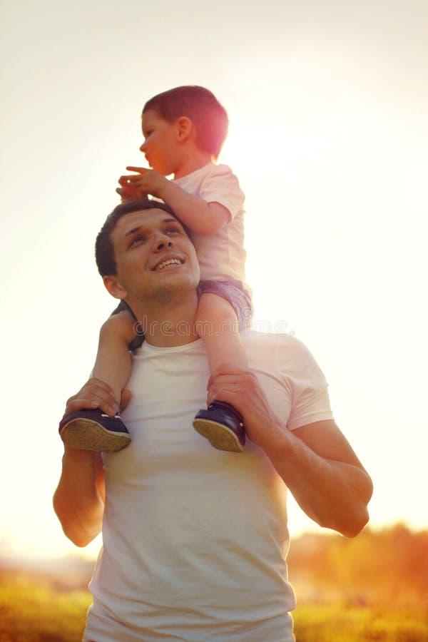 Sohn des glücklichen Vaters und des kleinen Kindes, der am sonnigen Tag geht lizenzfreies stockfoto