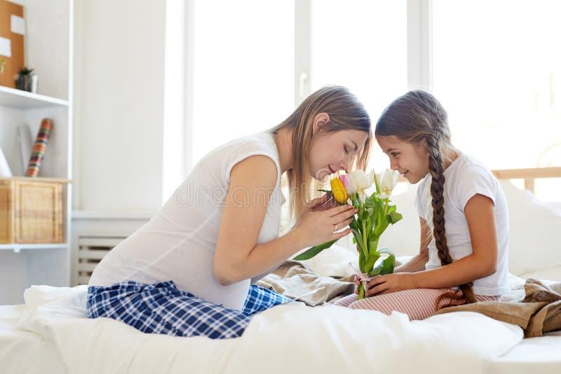 Sohn gibt der Mama eine Blume lizenzfreie stockfotografie