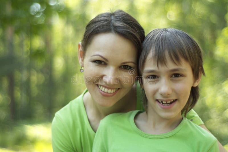 Sohn mit seiner Mutter stockfoto
