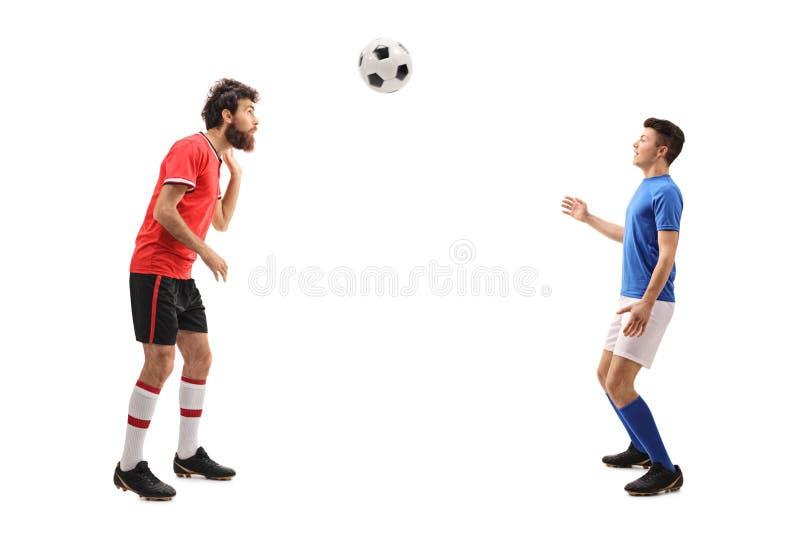 Sohn und ein Vater kleideten in den Trikots an, die mit Fußball spielen stockbilder