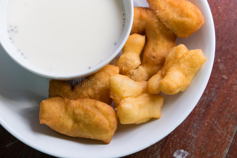 Soi mleko z kosmatym basilem i smażącym doughstick zdjęcia stock