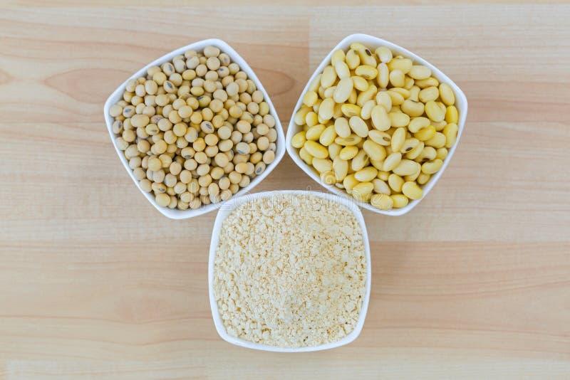 Soia secca, soia inzuppata e polvere a terra arrostita della farina di fave della soia in ciotola bianca fotografia stock