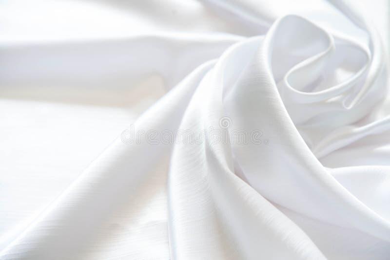 Soie brillante blanche pliée avec les plis mous Blanc mat et brillant photos libres de droits
